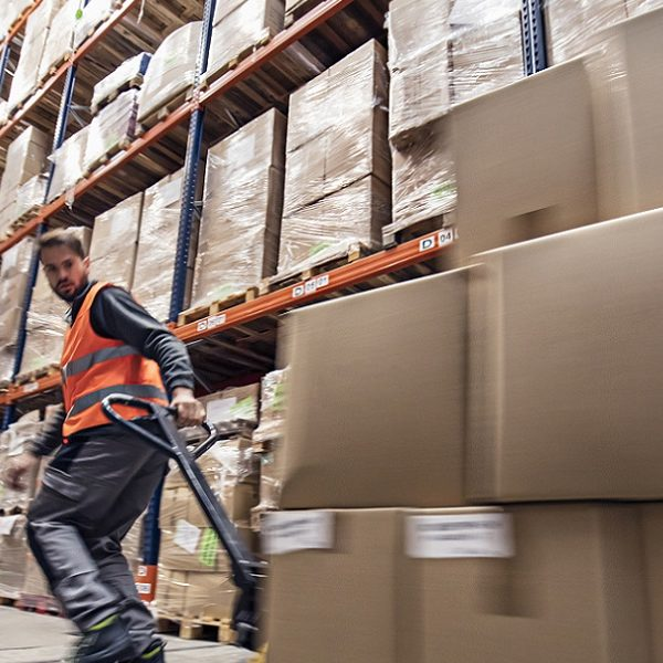 出荷作業におけるフォークリフト操作・倉庫業務